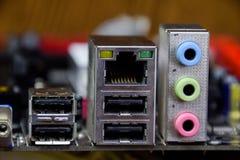 Placa eletrônica das entradas da entrada e do áudio com componentes bondes Eletrônica do material informático imagem de stock