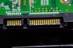 Placa eletrônica do conector do disco rígido de Sata com componentes bondes Eletrônica do material informático foto de stock royalty free