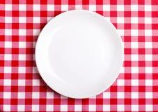 Placa em um tablecloth fotografia de stock