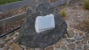 Placa en el sitio antiguo de Maori Pa de la piedra que conmemora foto de archivo libre de regalías