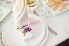 Placa en la tabla de la boda, ajustes de la tabla de la boda Composición de la flor de la boda para las tablas de las huéspedes Imágenes de archivo libres de regalías