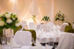 Placa en la tabla de la boda, ajustes de la tabla de la boda Vector de la boda Imagenes de archivo
