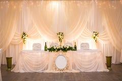Placa en la tabla de la boda, ajustes de la tabla de la boda Vector de la boda Fotografía de archivo libre de regalías