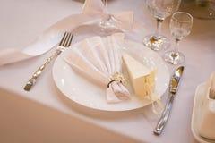 Placa en la tabla de la boda, ajustes de la tabla de la boda Vector de la boda Fotografía de archivo