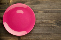 Placa en un fondo de madera opinión superior de la placa Copie el espacio Color de rosa Foto de archivo