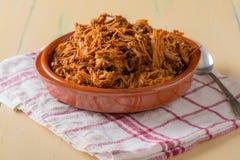 A placa encheu-se com a carne de porco puxada em um prato redondo Fotos de Stock Royalty Free