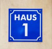 Placa esmaltada con la casa número uno. Letras blancas en un fondo azul Imagen de archivo