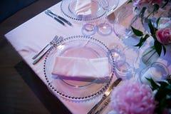 Placa especial y algunos vidrios de una boda en una atmósfera fantástica Formal, boda Fotografía de archivo libre de regalías