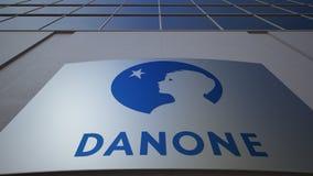 Placa exterior do signage com logotipo de Danone Prédio de escritórios moderno Rendição 3D editorial Foto de Stock Royalty Free