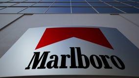 Placa exterior do signage com logotipo de Marlboro Prédio de escritórios moderno Rendição 3D editorial Imagens de Stock Royalty Free