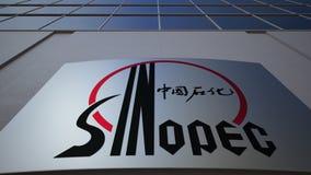 Placa exterior do signage com logotipo de Sinopec Prédio de escritórios moderno Rendição 3D editorial Fotografia de Stock Royalty Free