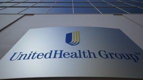 Placa exterior do signage com logotipo do grupo de UnitedHealth Prédio de escritórios moderno Rendição 3D editorial Imagens de Stock