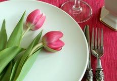Placa, faca, forquilha e tulips Fotos de Stock