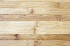 Placa feita da madeira de bambu natural Fundo do teste padrão das texturas na luz - cor marrom bege de creme amarela Foto de Stock Royalty Free