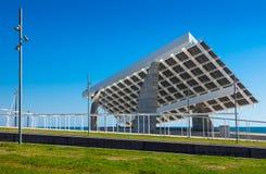 Placa fotovoltaica escultural en área del foro Imagen de archivo