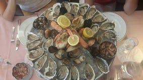 Placa fresca do marisco com o foto da lagosta, dos mexilhões e das ostras foto de stock royalty free
