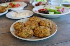 Placa frita de las bolas del calabacín en la taberna griega Foto de archivo libre de regalías