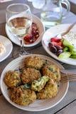 Placa frita de las bolas del calabacín en la taberna griega Foto de archivo