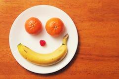 Placa frontal feliz de la fruta fotos de archivo