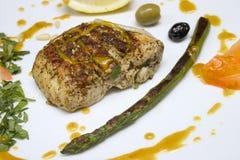 Placa gastronómica con perejil del aspargus del pollo Fotografía de archivo libre de regalías