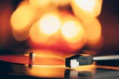 Placa giratoria con el disco de vinilo de LP contra fondo del fuego Imágenes de archivo libres de regalías