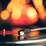 Placa giratoria con el disco de vinilo de LP contra fondo del fuego Foto de archivo libre de regalías