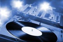 Placa giratoria de DJ con las luces brillantes Foto de archivo libre de regalías