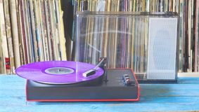 Placa giratoria del vintage con la colección púrpura del disco de vinilo y del expediente imágenes de archivo libres de regalías