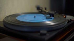 Placa giratoria del vintage que juega el disco de vinilo azul metrajes