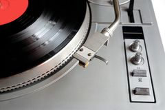 Placa giratoria en el caso de plata con el disco de vinilo con la etiqueta roja aislada en el fondo blanco tapa Fotografía de archivo
