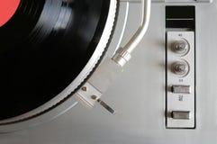 Placa giratoria en el caso de plata con el disco de vinilo con la opinión superior de la etiqueta roja Foto de archivo