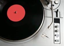 Placa giratoria en el caso de plata con el disco de vinilo con la opinión superior de la etiqueta roja Fotografía de archivo libre de regalías