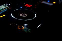 Placa giratoria en una cubierta de la música de DJ Fotografía de archivo libre de regalías