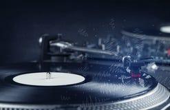 Placa giratoria que juega música con las líneas cruzadas dibujadas mano Fotos de archivo libres de regalías