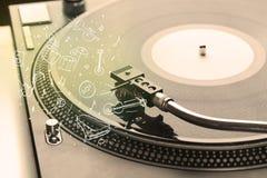 Placa giratoria que juega música clásica con los instrumentos dibujados icono Fotos de archivo