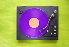 Placa giratoria retra con el disco de vinilo púrpura Fotografía de archivo