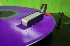 Placa giratoria retra con el disco de vinilo púrpura Imagen de archivo libre de regalías
