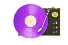 Placa giratoria retra con el disco de vinilo púrpura, aislado Foto de archivo