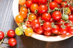 Placa grande con los tomates de cereza maduros Foto de archivo