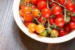 Placa grande con los tomates de cereza maduros Imágenes de archivo libres de regalías