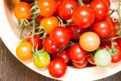 Placa grande con los tomates de cereza maduros Imagen de archivo
