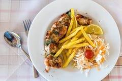 Placa grega do souvlaki da carne de porco da refeição fotografia de stock