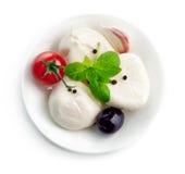 Placa italiana de la mozzarella del queso con albahaca de la hoja Fotos de archivo