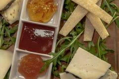 Placa italiana típica, queso italiano y marmelades Fotos de archivo