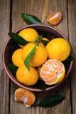Placa llena de mandarinas maduras Foto de archivo libre de regalías