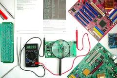 Placa madre del ordenador, diagnósticos y reparación, instrumentos de medida fotos de archivo libres de regalías