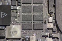 Placa madre del ordenador portátil con los componentes electrónicos imágenes de archivo libres de regalías