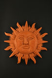 Placa maya tallada de madera mexicana del símbolo del sol aislada en negro Imagen de archivo