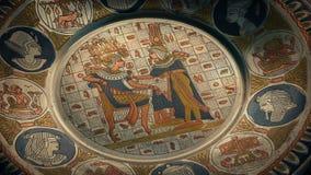 Placa metálica con las ilustraciones egipcias almacen de metraje de vídeo