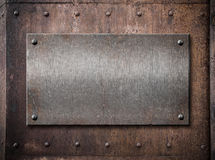 Placa metálica vieja sobre fondo del metal del moho Foto de archivo libre de regalías